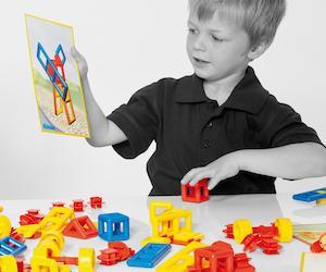 Klocki konstrukcyjne dla młodszych dzieci wraz z instrukcjami układania modeli